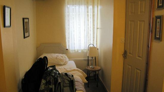 Prague House: Twin bed.