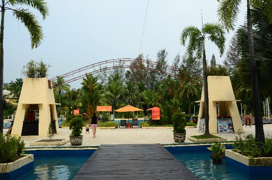 HARRIS Resort Batam Waterfront: the pool area