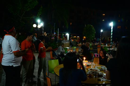 HARRIS Resort Batam Waterfront: Staff present cake n sang bday song for me during dinner time