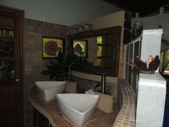 Cascadas Farallas Waterfall Villas: Bathroom area in one of the suires