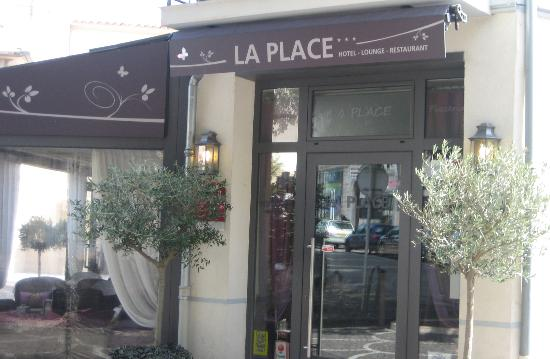 La Place Hotel Antibes: Front of Hotel