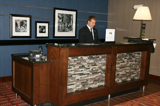 Hampton Inn Chicago-Carol Stream: Front Desk