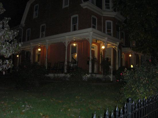 Brickhouse Inn Bed & Breakfast: Nighttime view of the Brickhouse Inn