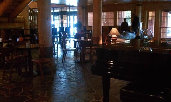Heathman Lodge: Walking through the Lobby