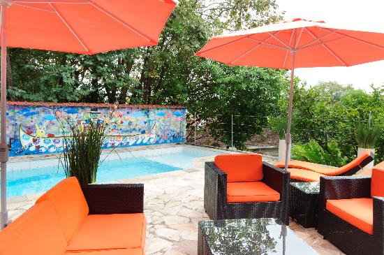Casa Cool Beans B&B - Santa Teresa: Swimming pool and sun deck