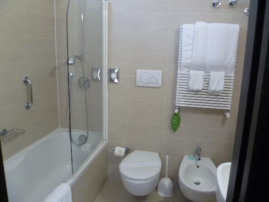 Hotel Plaza: Bathroom