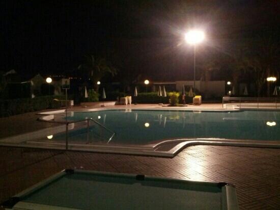 Campo Golf Bungalows: piscina by night