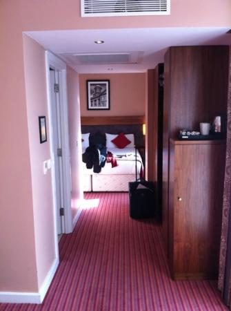 Maldron Hotel Parnell Square: Hall from out lounge to our bedroom