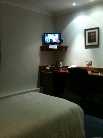 Dunchurch, UK: Twin room with a tiny tv