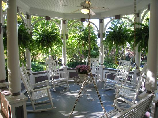Beaufort House Inn: Wrap-around porch