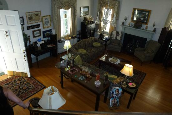 The Inn at Hans Meadow Bed and Breakfast: Living room from the staircase.