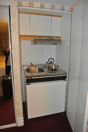 Hotel Le Cantlie Suites: Funny little kitchen in the closet