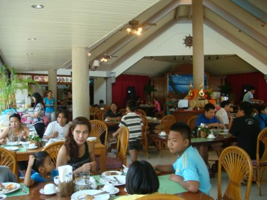 Krabi Resort: overcrowded and noisy guests in the restaurant