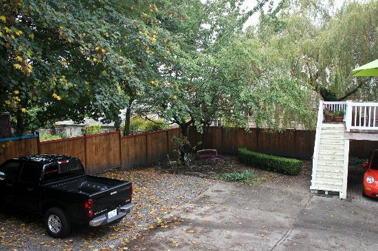 Seattle Hill House B & B: courtyard / private parking