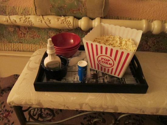 White Swan Inn Bed and Breakfast: The owner made us popcorn while we were at dinner so we could have a snack and watch a movie.