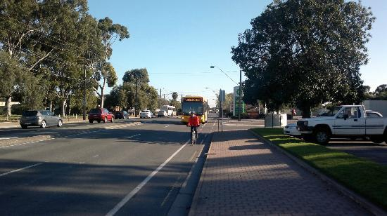 Marion Hotel: M44 Bus approaches Stop24 from Adelaide.