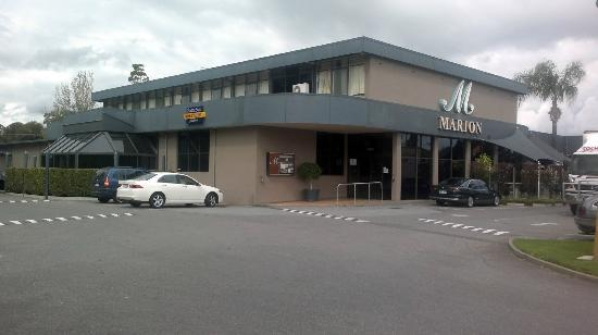 Mitchell Park, ออสเตรเลีย: Marion Hotel /Bottle Shoppe from carpark