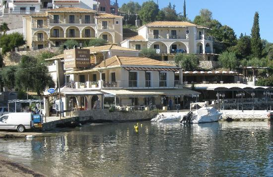 Sivota, Hellas: Filakas: rooms in upper blocks, bar and restaurant in main building