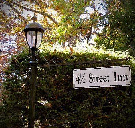 4-1/2 Street Inn Bed and Breakfast: Light post at entrance.