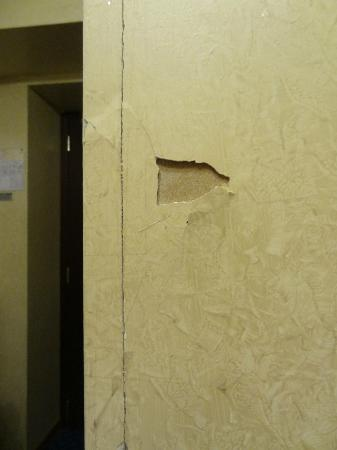 Hotel Harmony Roma : la pared se cae y y la tratan de aguantar con celo