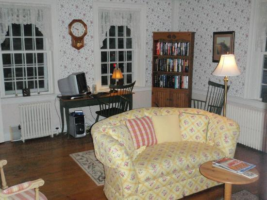 Captain Swift Inn: living room