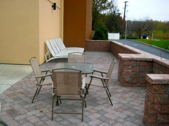 Comfort Inn: Patio Next to Outdoor Pool