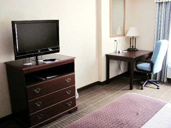 Holiday Inn Norton: TV and desk area