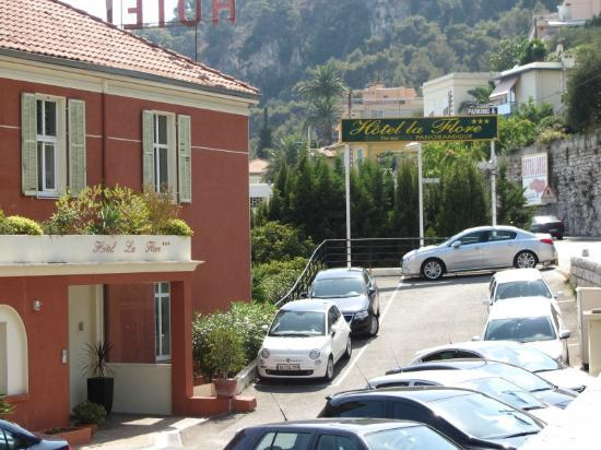 Hotel La FLore: Car Park and Entry to Hotel