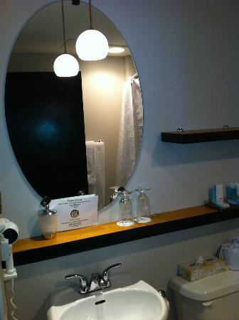 Hotel des Coutellier: Nice bathroom, though sink is rather small