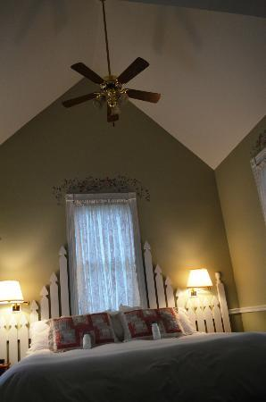 Maple Leaf Inn: The high ceilings in the Country Garden Suite
