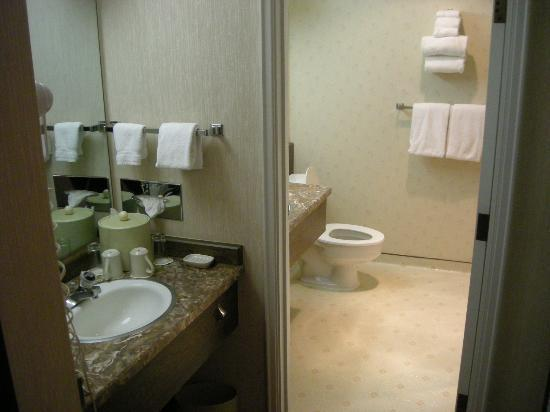 Mirabeau Park Hotel: Big bathroom