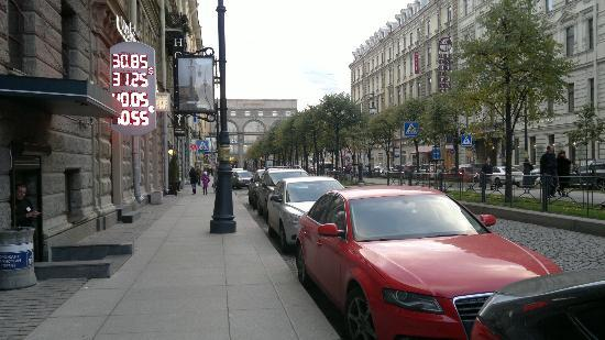 Nevsky Grand Hotel: Outside the hotel - towards Nevsky Prospect