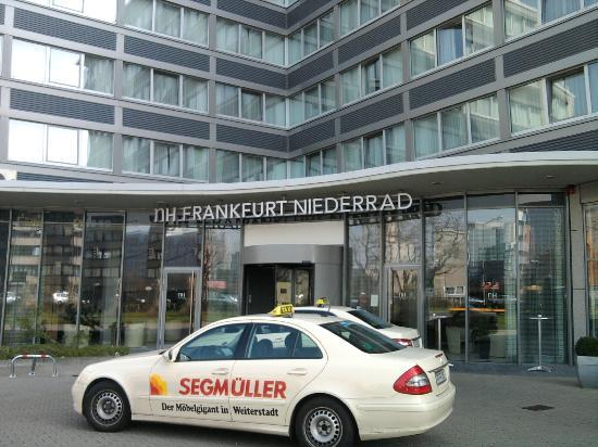 NH Frankfurt Niederrad: Hotel Entrance View