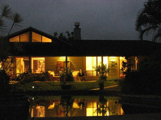 Hale Luana: house at night. to the right is the rented room to the left is the owners living quarters