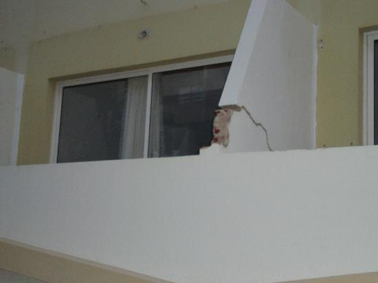 Ourahotel Aparthotel: literally falling apart!