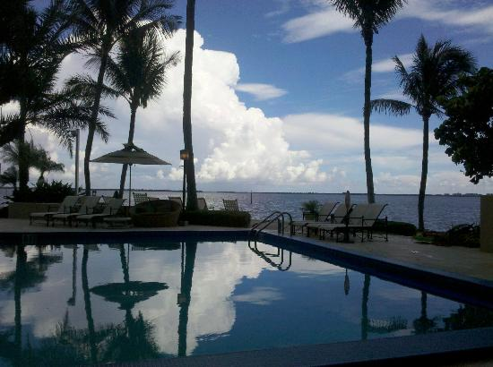 The Grove Isle Hotel & Spa : Afternoon view from our cabana at the pool