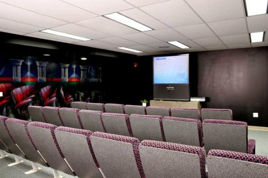 Mohawk Residence and Conference Centre: Movie Lounge