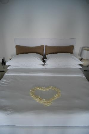 Aenaon Villas: Rose petals on our bed