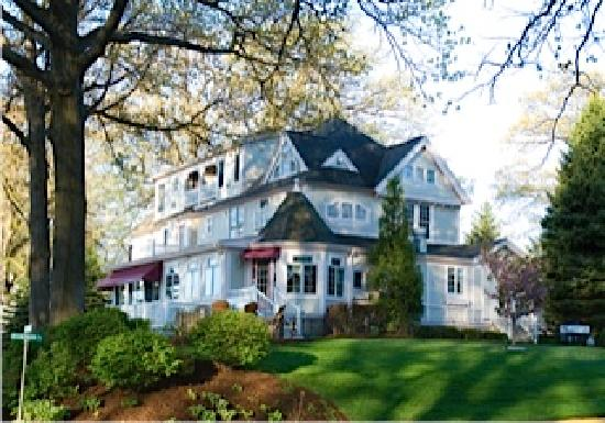 Carriage House at the Harbor: Victorian Mansion