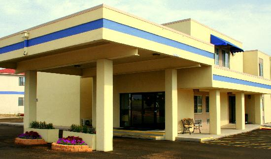 Airport Value Inn & Suites: Main Building Enterance