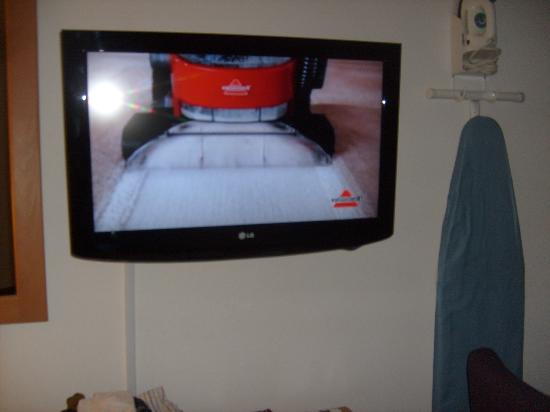 Quality Inn & Suites: wonderful flat screen tv,, i personally think the iron and ironing board should be hanging else