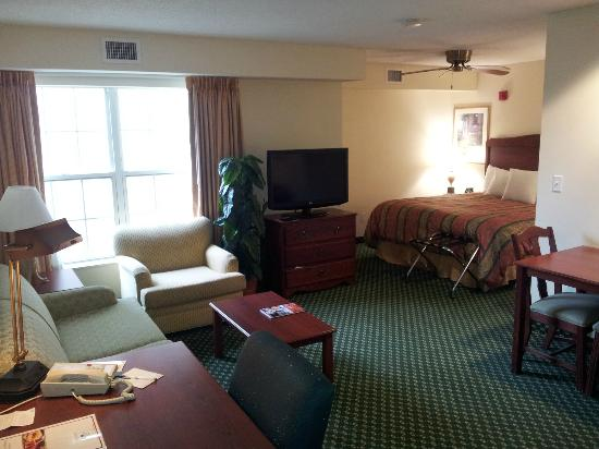 Homewood Suites Warwick: sitting area and bed