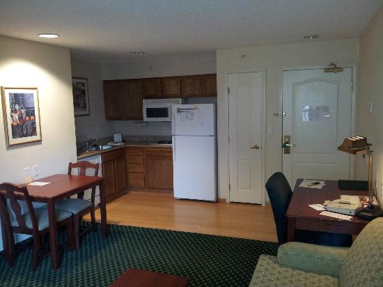 Homewood Suites Warwick: kitchen