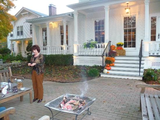 ‪‪Old Lyme Inn‬: Making Smores by the Outdoor Fire