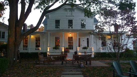 ‪‪Old Lyme Inn‬: Front of the Inn at Dusk