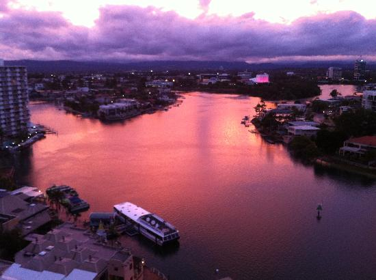 Moorings on Cavill Avenue: Enjoy watching a nice sunset from the apartment