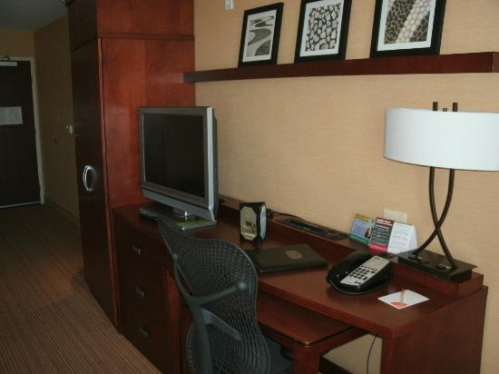 Courtyard by Marriott San Diego Airport/Liberty Station: Work Area and Flat Screen TV