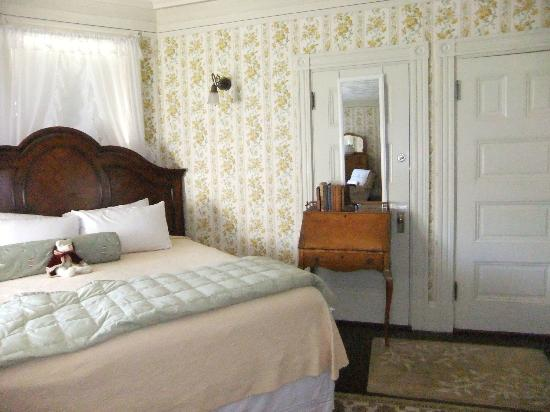 Moseley Cottage Inn and Town Motel: King bed