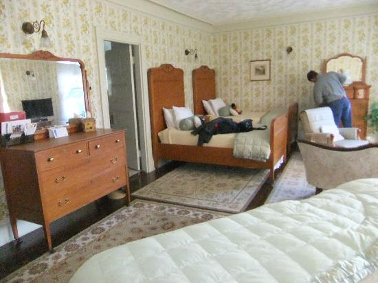 Moseley Cottage Inn and Town Motel: Two beds we didn't use