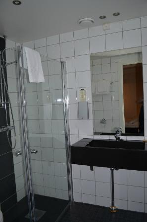 Thon Hotel Astoria: Banheiro apartamento standard
